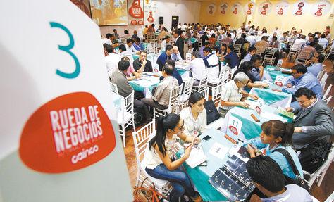 Compradores y vendedores tienen 30 minutos para comerciar. De este tiempo y de la habilidad del vendedor dependerá si la negociación fue un éxito o un fracaso. Foto: Wara Vargas
