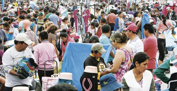 Un centenar de policías ayudó a despejar el cuarto anillo de la Feria Barrio Lindo. Luego los comerciantes coparon la avenida Cumabi