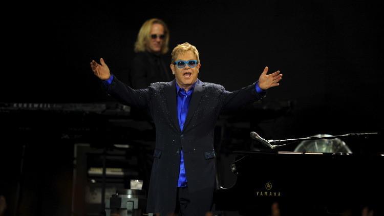 El verdadero Vladímir Putin llama a Elton John y le ofrece reunirse