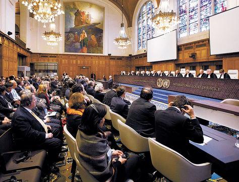 Audiencia. Los 15 jueces de laCIJ durante la sesión de ayer cuando se leyó el fallo definitivo sobre la demanda marítima del país.