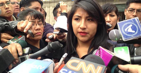 Eva Liz Morales llegó hasta plaza Murillo y tuvo un cuidadoso contacto con medios de comunicación, supervisado por sus acompañantes.