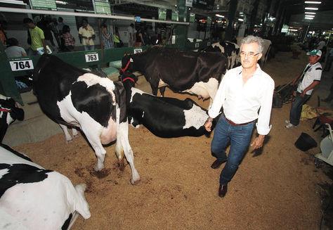 El presidente de la Cámara Agropecuaria del Oriente (CAO), Julio Roda, en el sector de exposición de las vacas lecheras. Foto: Wara Vargas