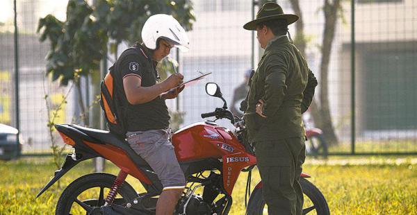 EN MOTO TAMBIÉN Los motociclistas están obligados a demostrar que saben conducir con responsabilidad y pericia, especialmente ahora que abundan los mototaxistas en la ciudad y en las provincias