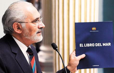 Delegado. Carlos Mesa, representante oficial de Bolivia para la Causa Marítima con 'El libro del mar'.