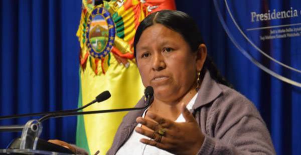 La autoridad admitió que se desviaron fondos, dijo que no renunciará a su cargo y responsabilizó de los malos manejos a las organizaciones sociales.