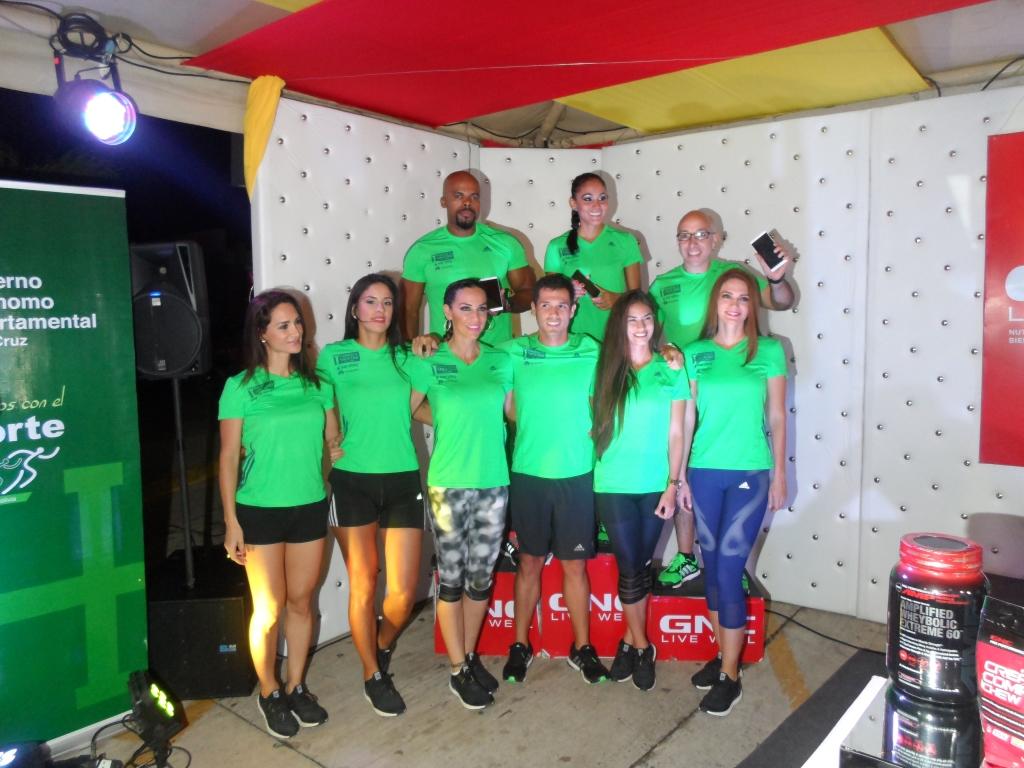 Deportistas representantes de HUAWEI junto a los demás corredores 1