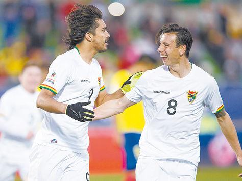 Festejo. Marcelo Martins y Martín Smedberg-Dalence celebran un gol ante Ecuador en la Copa América.