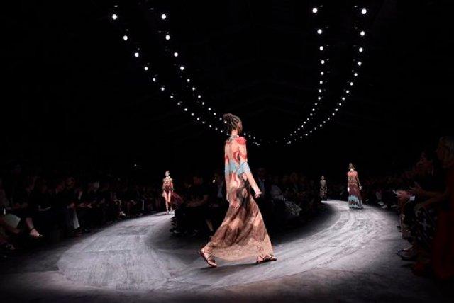 Una modelo presenta piezas de la colección de confección primavera-verano 2016 de Valentino durante la Semana de la Moda de París el martes 6 de octubre de 2015 en París, Francia. (Foto AP/Thibault Camus)
