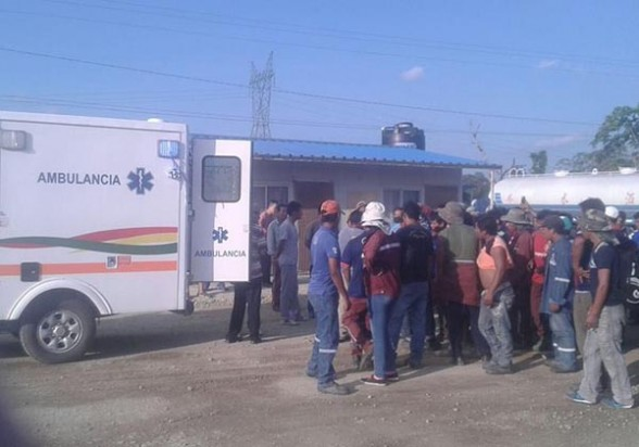 Una ambulancia llega al campamento de la empresa Sinohydro a recoger a los heridos, luego del enfrentamiento entre chinos y bolivianos, ayer. - Radio Fides Agencia