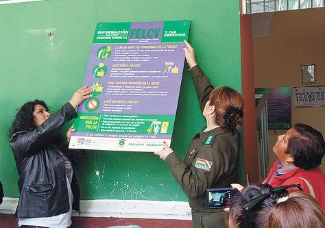 Derechos. Sánchez y Hurtado (der.) cuelgan el primer cartel en la FELCV, ayer.