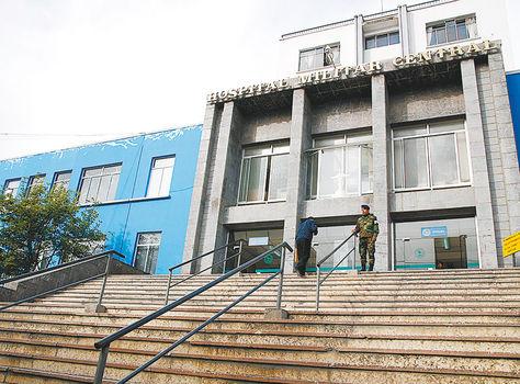 Vigilancia. Dos militares controlan el acceso a Cossmil. Ayer impidieron el ingreso de periodistas.