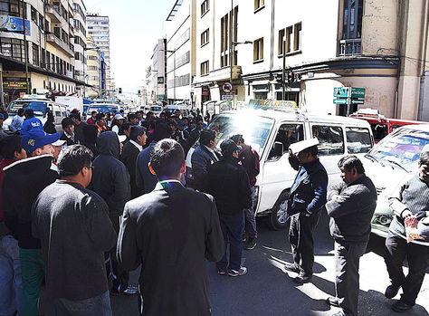 Bloqueados. Choferes en la esquina Camacho y Ayacucho. Ayer, los puntos de bloqueo se redujeron a tres.