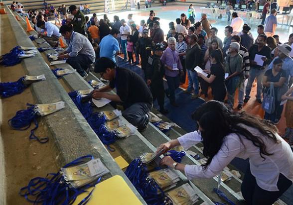Representantes de delegaciones nacionales e internacionales se acreditan para participar en la Conferencia Mundial de Pueblos, ayer en Tiquipaya. - José Rocha Los Tiempos