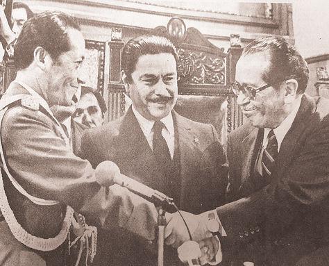 Transmisión. Vildoso (der.) entrega el gobierno del país a Siles el 10 de febrero de 1982.