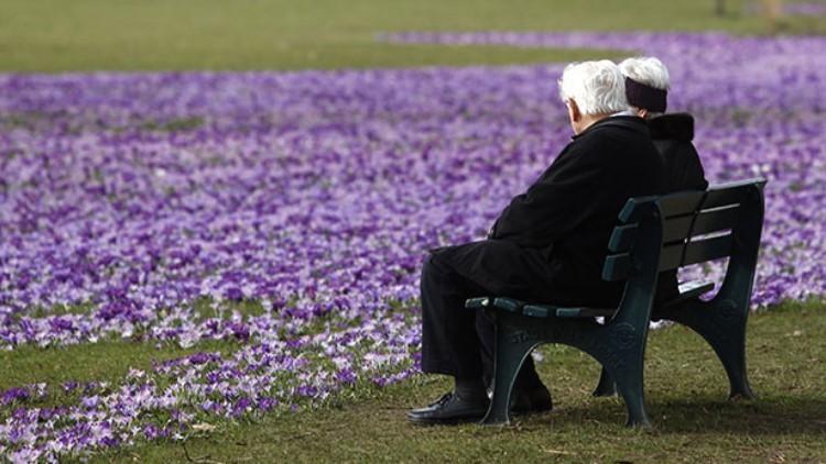 Una pareja de ancianos en un parque de Düsseldorf