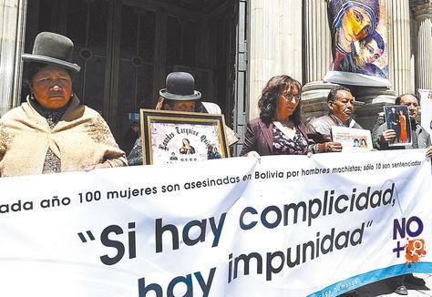 Protesta. Familiares de víctimas cuestionan la impunidad en feminicidios, en la Catedral de La Paz.