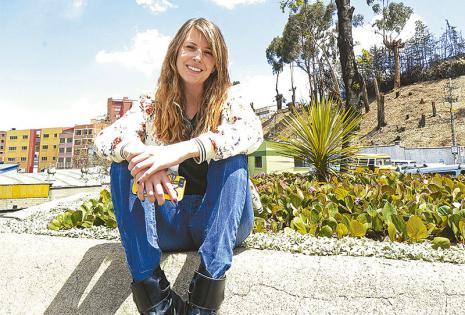 Hoy vive y trabaja en la capital  paceña De madre boliviana y padre español, Lorena llegó desde Barcelona buscando nuevos  desafíos personales y laborales y los encontró.Valora la inversión que se hace en publicidad y marketing.