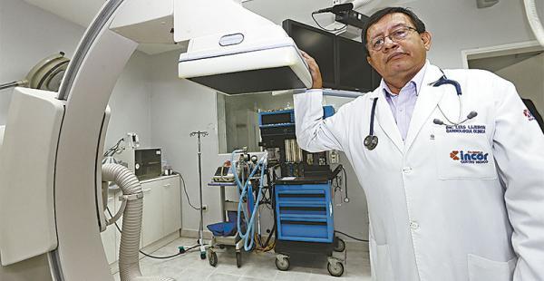 CLÍNICA INCOR. Es jefe del Servicio de Hemodinamia. En esta imagen, junto al cineangiógrafo de clínica, un equipo de última generación. También es presidente de la Sociedad Boliviana de Cardiología