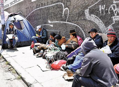 Ayuda. Padres de familia y estudiantes hacen fila por un cupo premilitar en el Estado Mayor.