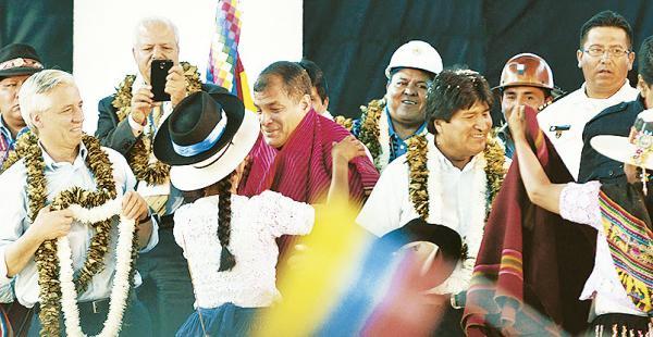 Los presidentes Rafael Correa y Evo Morales recibieron las atenciones de los movimientos sociales asistentes a la cumbre de Tiquipaya