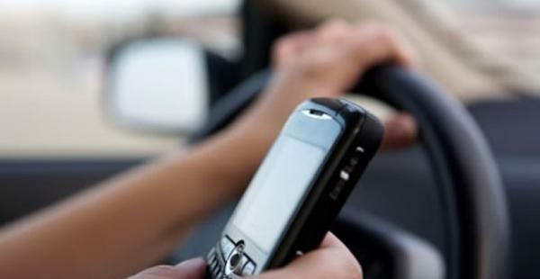 La ley que prohíbe utilizar el celular mientras se conduce está en vigencia desde el 28 de septiembre