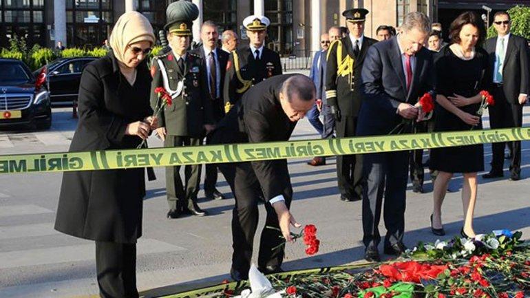 Recep Tayyip Erdogan depositó claveles en memoria de las víctimas del atentado de Ankara