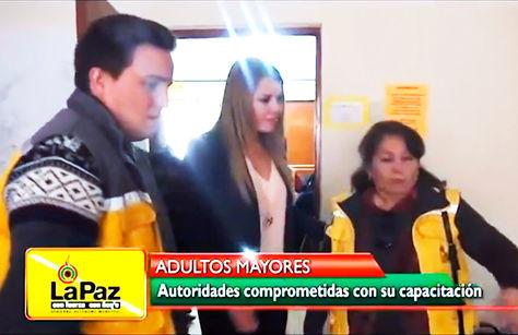 Controversial. Ribera (c), esposa de Revilla, en una actividad edil dirigida a adultos mayores.