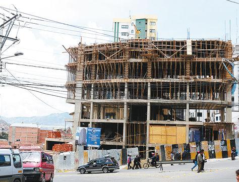 Centro. Construcción de un edificio multifamiliar en la Avenida del Ejército, en la ciudad de La Paz.