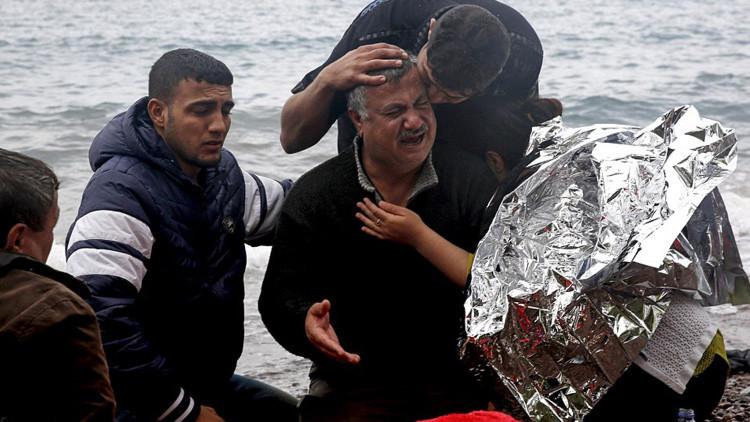 Un refugiado iraquí llora junto a sus familiares la pérdida de su esposa de 65 años