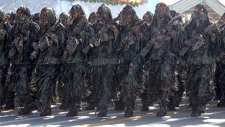 Miembros del Ejército iraní marchan durante un desfile que conmemora el aniversario de la guerra entre Irán e Irak
