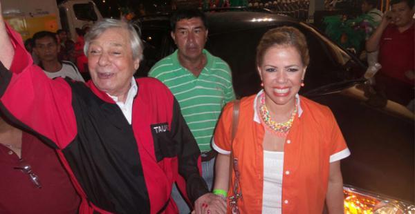 El exalcalde de Santa Cruz, Percy Fernández, llegó acompañado de Ángelica Sosa