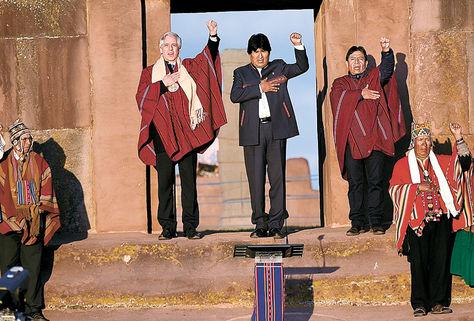 Acto. Morales, García y Choquehuanca cantan el Himno Nacional.