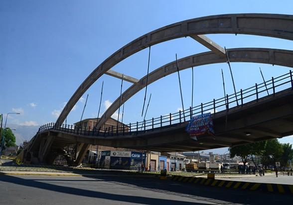 La plataforma del paso desnivel de la avenida 6 de Agosto e Independencia, en la zona sur, se hunde luego que uno de los tirantes se desprendió. - José Rocha Los Tiempos