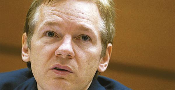 Assange, en su asilo forzado en la embajada de Ecuador