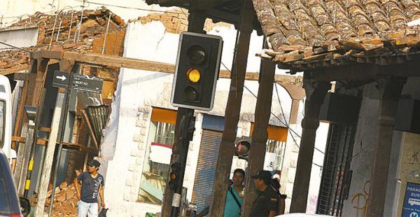 En dos esquinas del cruce entre Libertad y Seoane las casas están deterioradas, una se vino abajo en una lluvia y la otra está por desplomarse