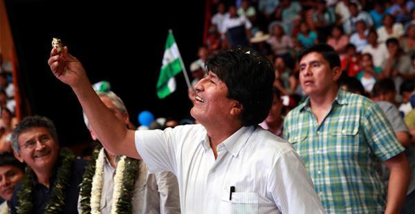 festejo adelantado a propósito  del cumpleaños número 56  del mandatario moralesel presidente observa el ekeko, elaborado en oro, que le regaló el canciller david choquehuanca