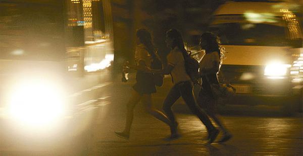 MÁS COMPLICADO POR LA NOCHE Las luces de los vehículos encandilan y convierten a los peatones en seres invisibles para los conductores, especialmente los que imprimen alta velocidad