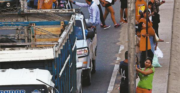 SIN RESPETAR LAS SEÑALES El angosto camellón central se convierte en refugio de los peatones, que lo utilizan para aguardar el momento de cruzar la avenida Virgen de Cotoca para llegar de          un extremo a otro. Durante el día, son miles los que arrie