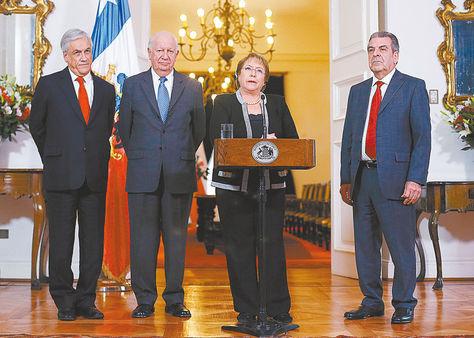 chile. Los expresidentes Piñera, Lagos y Frei junto a la actual mandataria Michelle Bachelet. Foto: EFE