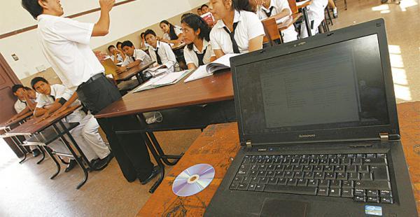 La tecnología ingresa poco a poco a las aulas del país, aunque los alumnos aventajan a sus profesores