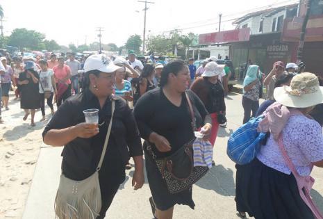 La imagen fue captada el momento en que los 'mañaneros' iniciaban su marcha hacia el Concejo Municipal. Partieron de la Felcc a las 9:30