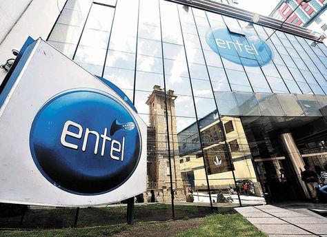 Telefónica. Puerta de ingreso a las oficinas centrales de la Empresa Nacional de Telecomunicaciones.