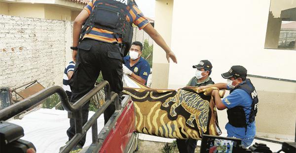 Policías de Los Lotes cuando sacaban los cuerpos de la casa de dos plantas donde fueron encontrados