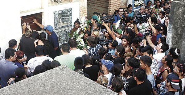 Familiares, amigos y compañeros de colegio despidieron a Cristian y a Kamila, sepultados ayer por la tarde