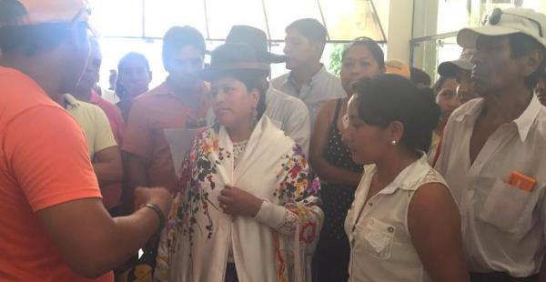 La ministra de Justicia, Virginia Velasco, recibiendo denuncia de litigantes en la Casa Judicial de Montero