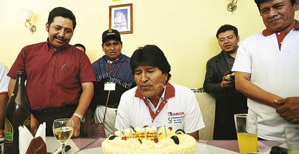 Evo Morales vestía una polera con el Sí, al momento de soplar las velas por su cumpleaños