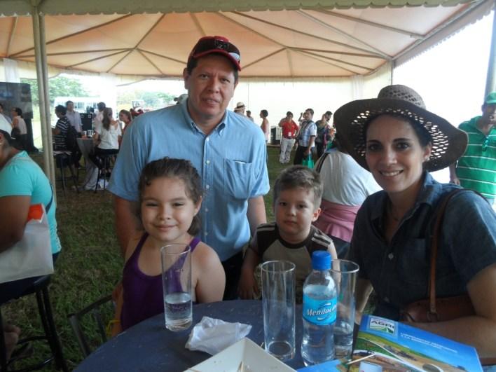 Carlos Portugal y María Jazmín Roda junto a sus hijos Carlitos y Elena