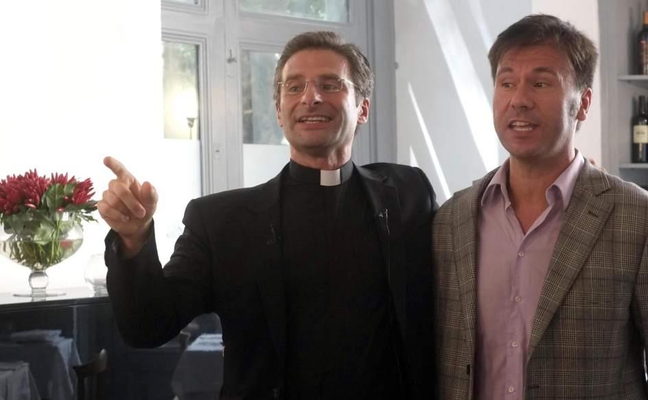 El sacerdote junto a su pareja Eduardo