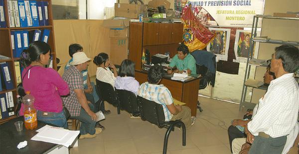 Las autoridades del Trabajo con algunosa funcionarios arraigados