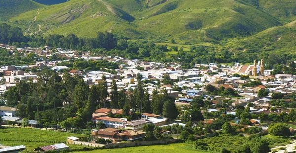 tras la devastadora furia del terremoto del 22 de mayo de 1998 que acabó con más de 100 años de tradición e historia arquitectónica, los pobladores han reconstruido  la ciudad